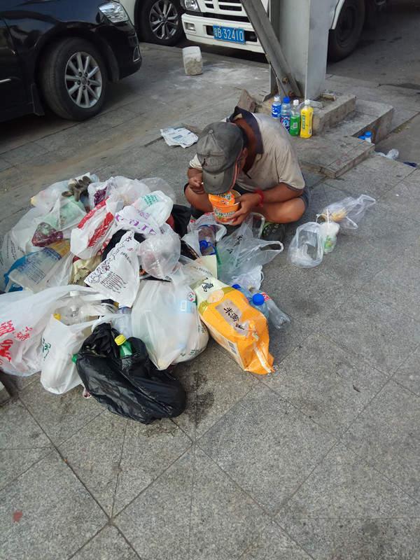 1.90神马浮云传奇私服香港富商流落街头 落魄至捡垃圾桶里食物吃,睡地板